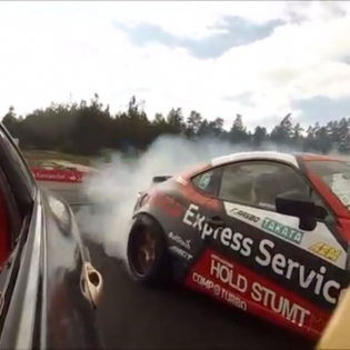 A quick little moment! Not really tandem but a fun pass heading into my favorite turn at Rudskogen; #Slaktern. I think it's cool how you can see (and hear) the upshift into third gear mid-drift. Good times! (Thanks to 00AleXerN00 for the video) @gatebil_official