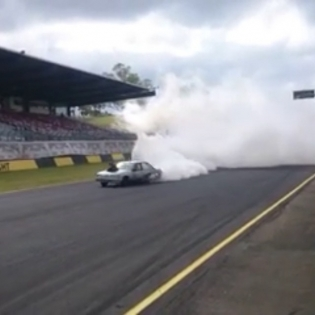 Now this is a #burnout! Also: This is a pretty good video definition of #holdstumt. (If anyone has the name of this guy - I'd like to tag him please)