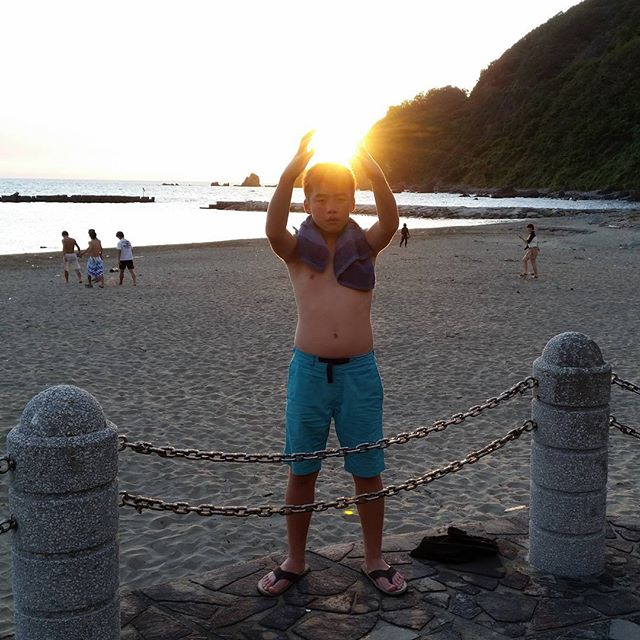 #joeynishida showin off some special powers #supersaiyan #beach #sunset ジョーイ君ビーチで  #スーパーサイヤ人 #海 #夕日