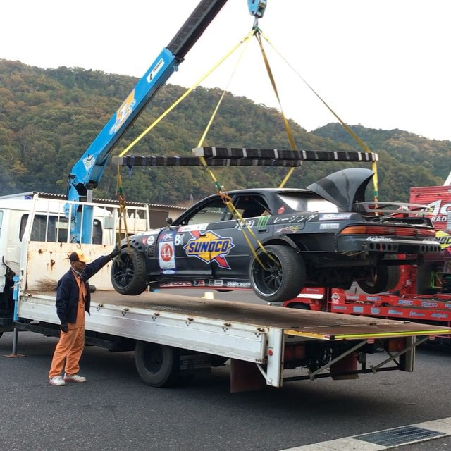 Masuda's shark JZX bent an arm on track and this is how the track staff got it to the pits for repair.