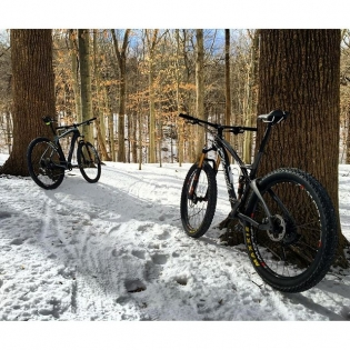 Had a great time breaking in my new @ellsworth_bikes bikes with my brother @erikjforsberg today. A small layer of snow made for awesome trail conditions. 🚵
