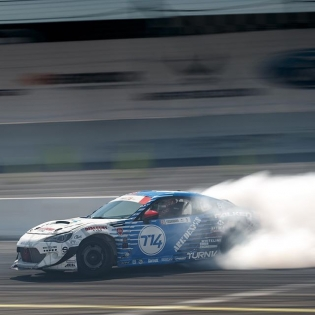 Smoke them tires @daiyoshihara | Photo by @larry_chen_foto | #formulad #formuladrift