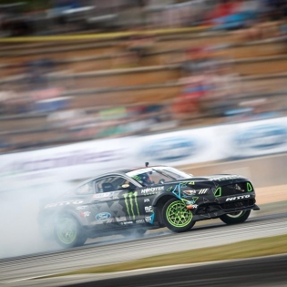 Locked @vaughngittinjr @nittotire @fordperformance | Photo by @larry_chen_foto | #formulad #formuladrift