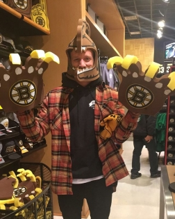 When it's your first Bruins game @official_boston_bruins #Bruins #proshop #superfan 📸 #ShannyPants