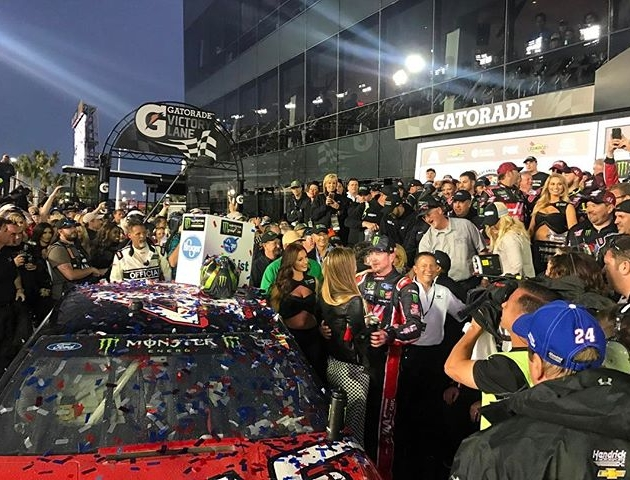 An insane finish to an awesome weekend. Congrats to @kurtbusch for taking the big win at Daytona! Thanks to @nosenergydrink for having me out to the race. Check out my story for more! #Daytona500