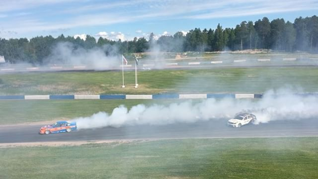 Teemu from @blacksmokeracing throwing white and black smoke in his diesel Mercedes wagon behind @c_bakkerud in his Cefiro at @gatebil_official Mantorp!
