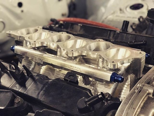 One of the hidden gems of my twin turbo VQ engine is this billet lower manifold from @rjmanufacturing. This piece is made in the USA and allows you to adapt a GT-R upper intake manifold to a VQ engine, replacing the factory plastic intake that is not suited for high boost applications! It also houses the @deatschwerks injectors to flow up to 1200hp!