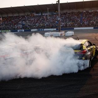 Put up the smoke screen! @fredricaasbo @nexentireusa @justinpawlak13 @falkentire @fordperformance #formulad #formuladrift #fdsea