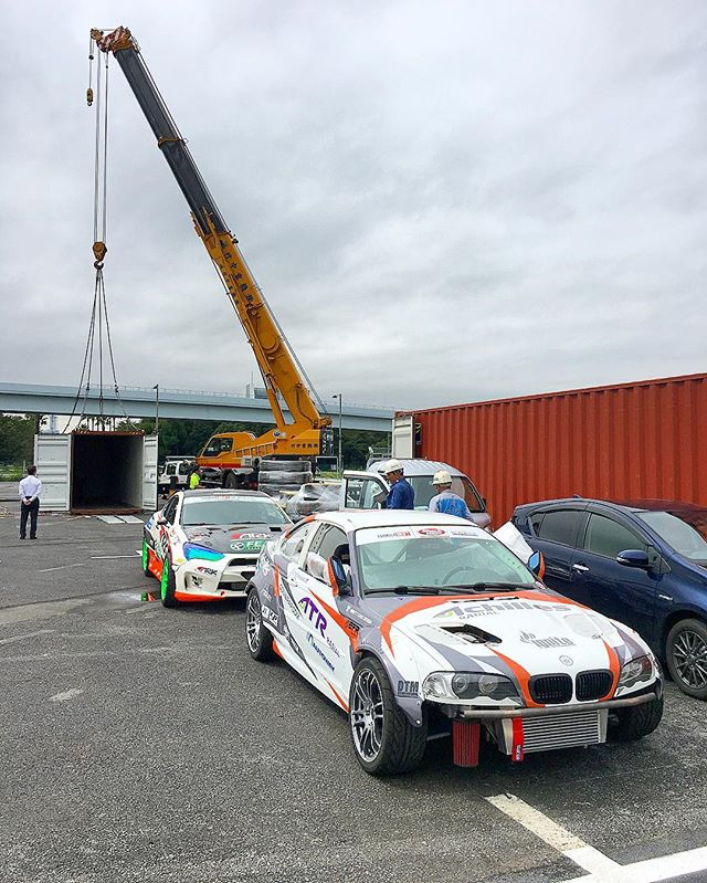 @odidrift and @michaelessa's cars have emerged from their containers at @fia_drifting_cup in Tokyo!