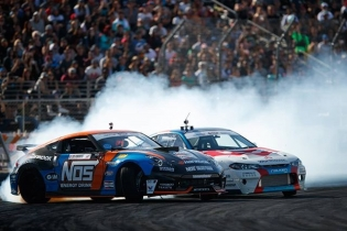 Need an afternoon pick-me-up? Picture @chrisforsberg64 and his @nosenergydrink @nissan 370Z shredding The Streets of Long Beach against @jamesdeane130  Tickets on sale now for the Season Opener of our 15th Year Anniversary: bit.ly/FDLB2018 (link in bio) #FormulaDrift #FormulaD #FDXV #FDLB