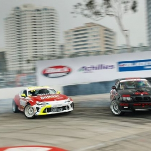 Favorite part of the Long Beach track? Watching drivers scrub their speed and transition from T10 to the T11 hairpin, all while retaining angle and proximity, has always gotten the crowd excited. . #formuladrift #formulad #fdxv #fdorl 📸:@larry_chen_foto
