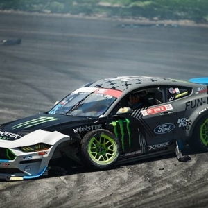 From [ZERO CAR] to [HOVER CAR] to [HERO CAR]. @vaughngittinjr hit the wall with just a few minutes left in Top 32 practice. He and his amazing team managed to get the car back in time for his Top 32 battle, which was second in the schedule. From there, he took the car through to the Top 4 by the end of the weekend. . #formuladrift #formulad #fdorl #hovercar #ineedahero 📸:@larry_chen_foto @lusciousy