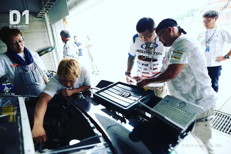 D1会場で活躍しているのはドライバーだけにあらず。 魅力満点のドリフト走行ができるのは、マシンの走行を支える『縁の下の力持ち』であるチームやメカニックの存在があってこそ。 その存在を讃えるべく、工具メーカー『TONE』ご協力のもと、各大会でマシンメイクや車検の優秀さ、修理作業の的確さなどがもっとも優れていたチームに『ベストメンテナンス賞』が贈られるのだ。  筑波では『TEAM, DRIFT⭐️ 前売りチケット好評発売中 コース脇まで近づいて観戦することができる『激感エリア』チケットを数量限定で発売中です✨  http://www.d1gp.co.jp/  九州, 大分県, オートポリス, 阿蘇, 菊池渓谷, 温泉, D1GP, D1LT, D1LIGHTS, 最終戦, FINAL ドリフト, ゼロヨン, オフミ タクシーライド, 同乗走行, eモータースポーツ, ファミリー, イベント
